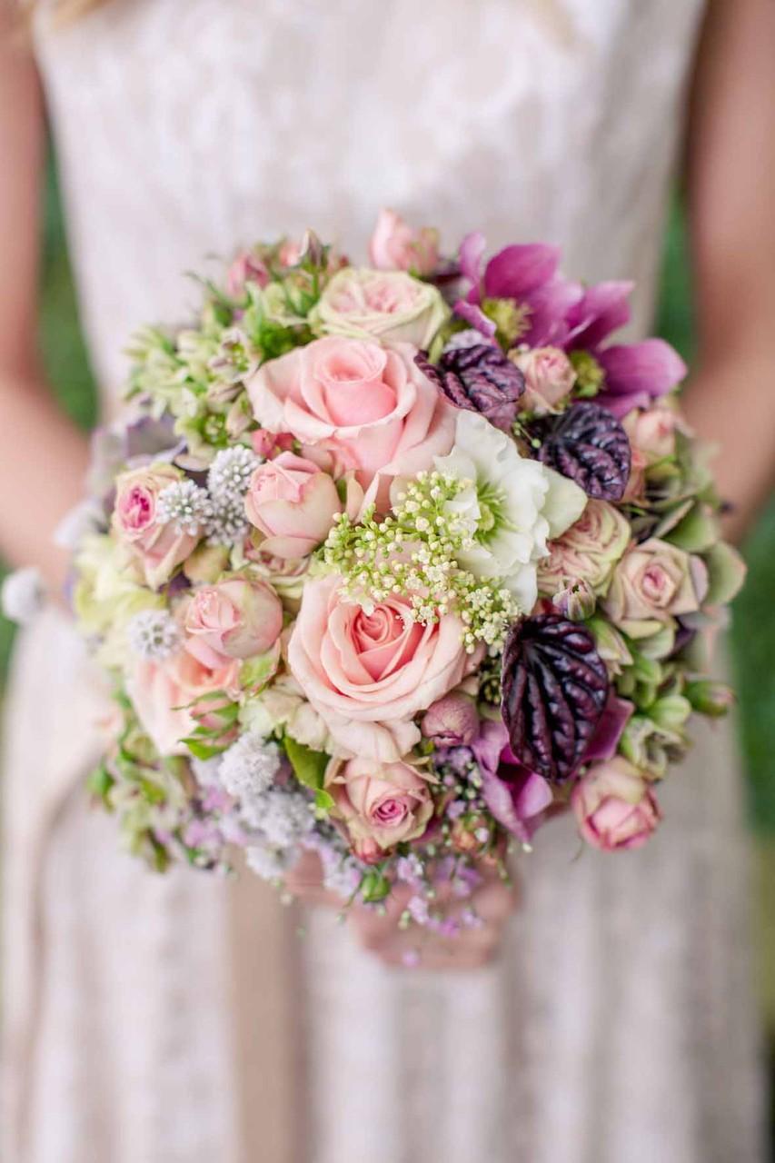 veganes Brautkleid mit Brautstrauß