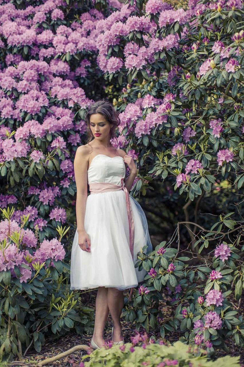 """kurzes Brautkleid """"Sonnenpracht"""" mit Tüll und Taillengürtel in rose"""