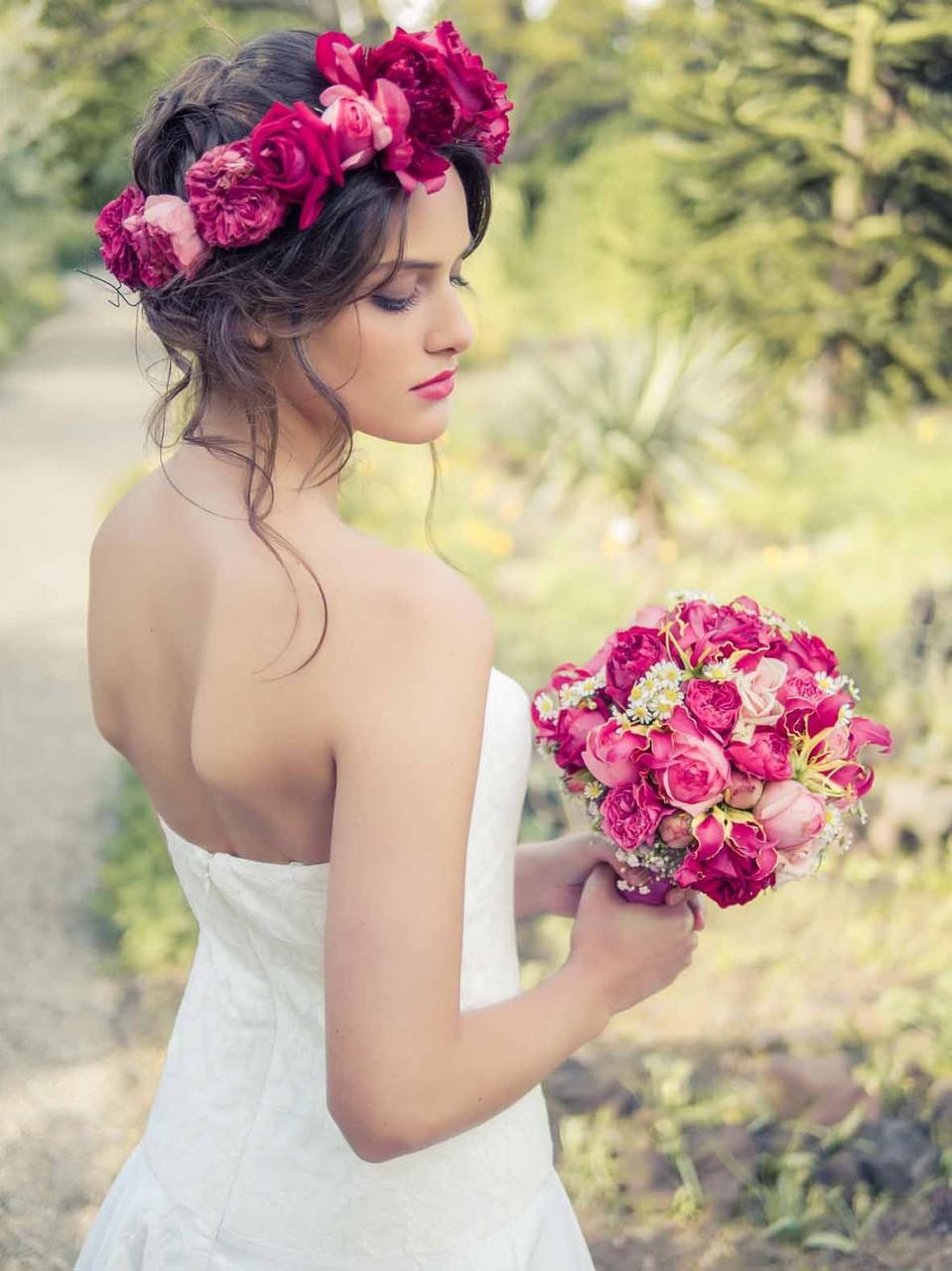 """schulterfreies Brautkleid """"Sonnenpracht"""" mit Brautstrauß von Mille Fleur"""