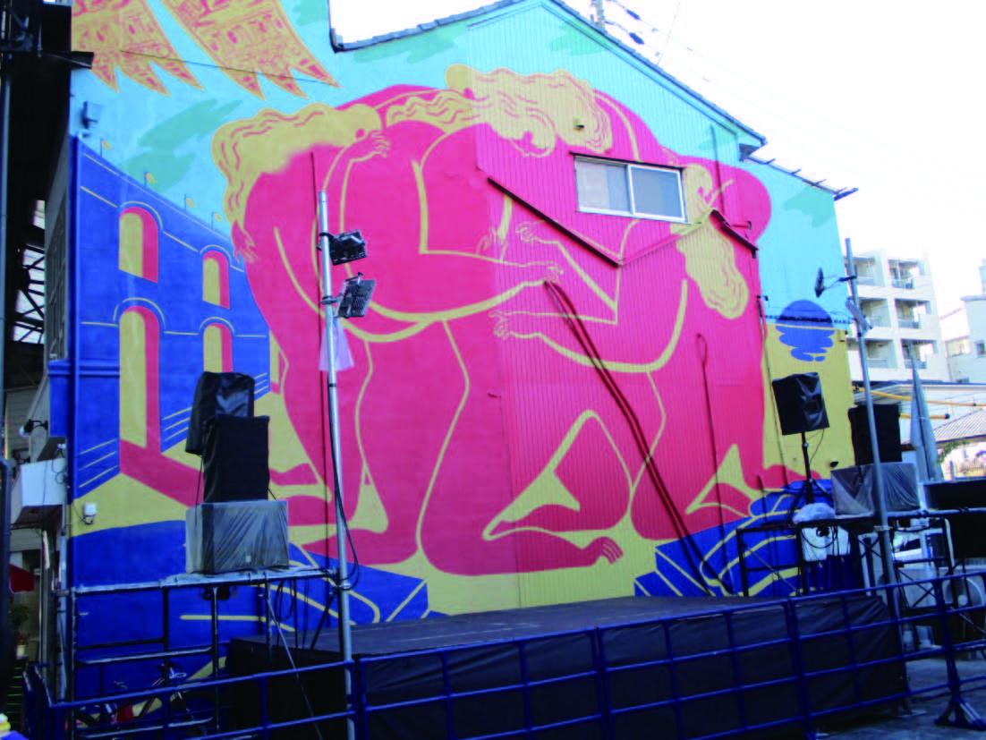 街中の壁画と舞台