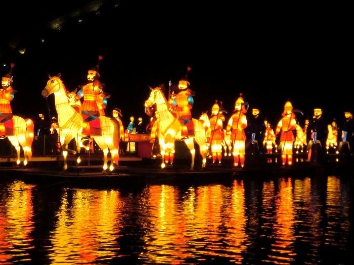 公州の錦江でのライトアップ人形(百済の人々)