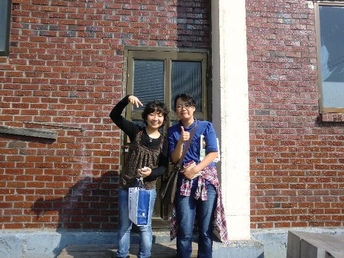 イ・ユニ先生と私。アトリエの前で
