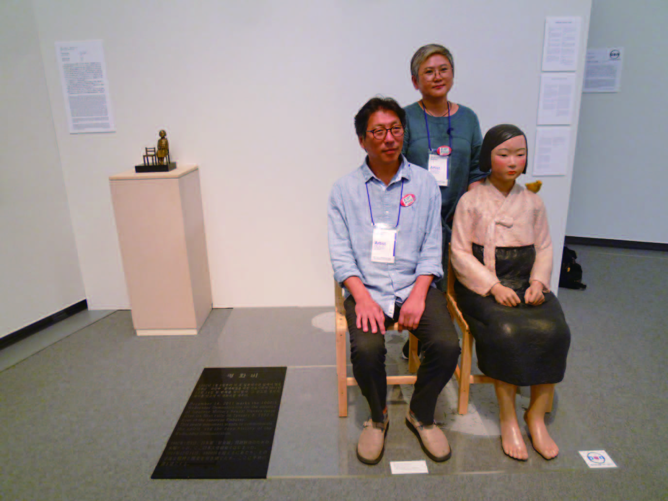 平和の少女像と制作者のキム夫妻(*中止前に筆者が撮影)