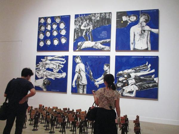 ワサン・シッティケート《青い10 月》1996 タイの作家。1976 バンコク・タマサート大学での民主化学生デモの犠牲者への抗議で描かれている