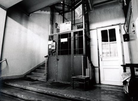 ⒎マスロフカの共同アトリエ入口にあるフロアマットスイッチ式エレ ベーター。当時都心部の古い建物は皆このタイプが主流だった。 日本では銀座の奥野ビルで体験できる。2002年モスクワ