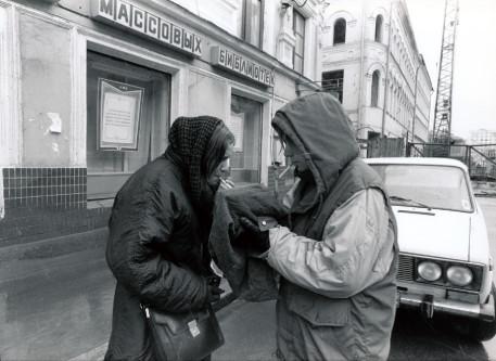 ⒈街中の廃墟で素材撮影。作家とカシールカ展示場の撮影 担当者は仕事の前に一服。 1992年モスクワ・スレーテンカ地区