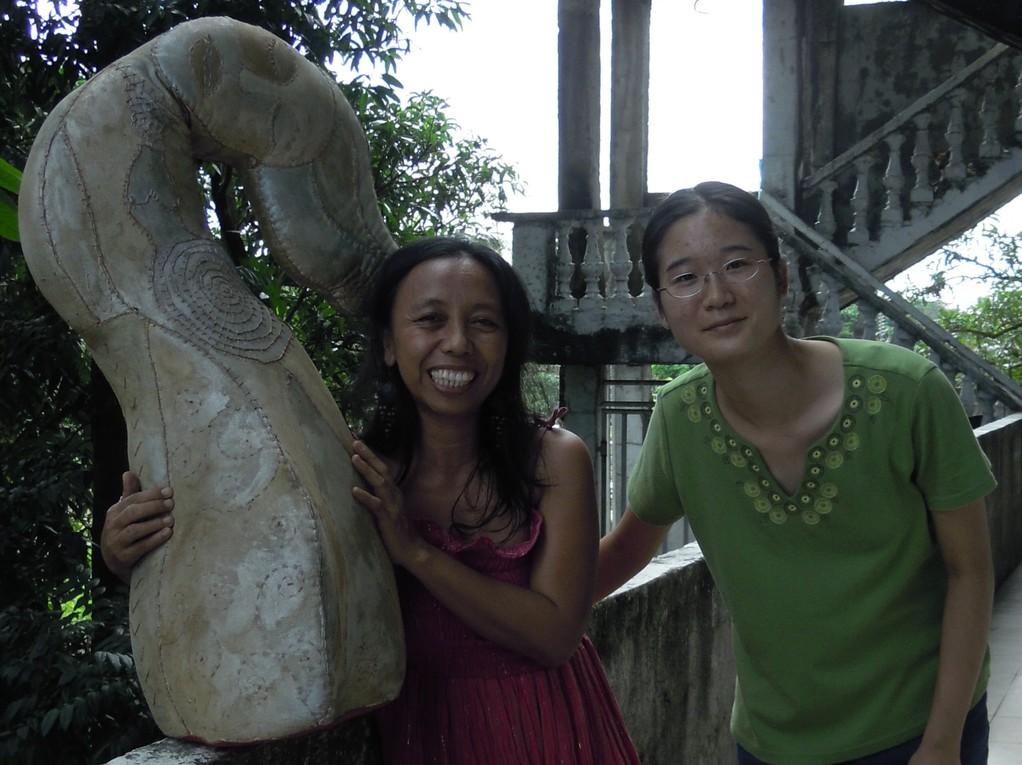 アルマ・キント(左)と筆者(右)(2011年11月27日、マニラ郊外のキントのアトリエにて、中西美穂撮影)