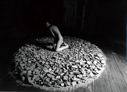 ⒋ペルチヒナのパフォーマンス「ウパコフカ」(英題Packing)。全身にビニールテープを巻いてい き、最後に鋏で腹のあたりを切って出てくる。スウェーデンでも公開。 1997年サンクトペテルブルク