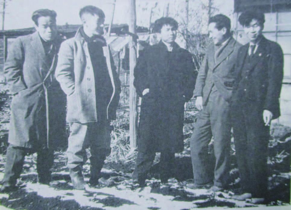 1944 年正月麻生三郎氏の出征を前に (宮田浩撮影)左より、井上長三郎、 松本俊介、麻生三郎、薗田 猛、金子英雄
