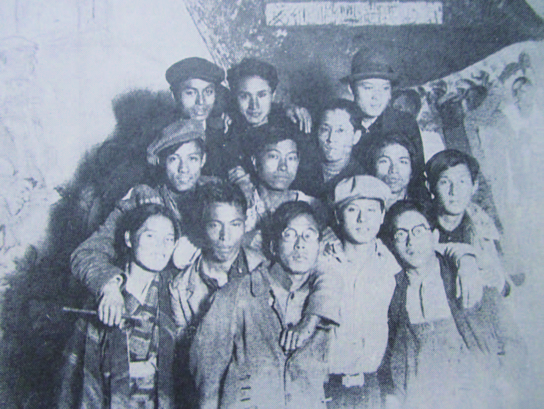 プロレタリア美術研究所で 共同制作をバックに(1930 年代)