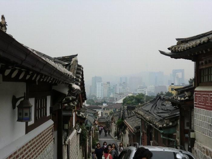 ソウル・北村の風景(手前が韓屋、向こう側にビル街)