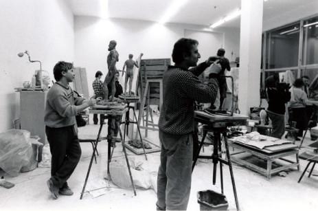 ⒊ストロガノフスキーの彫刻教室。授業が終わるとスリランカ からの留学生が紅茶を淹れてくれた。ある学生は同級生相 手に床屋を始めたり、学生たちの雰囲気はとても自由だ。 1991年モスクワ