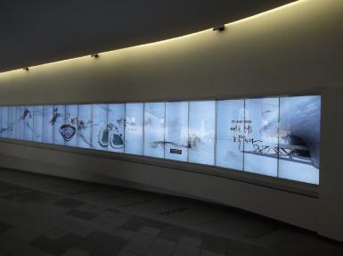 地下鉄駅の大きな壁面ディスプレイ(CGで歴史を!)