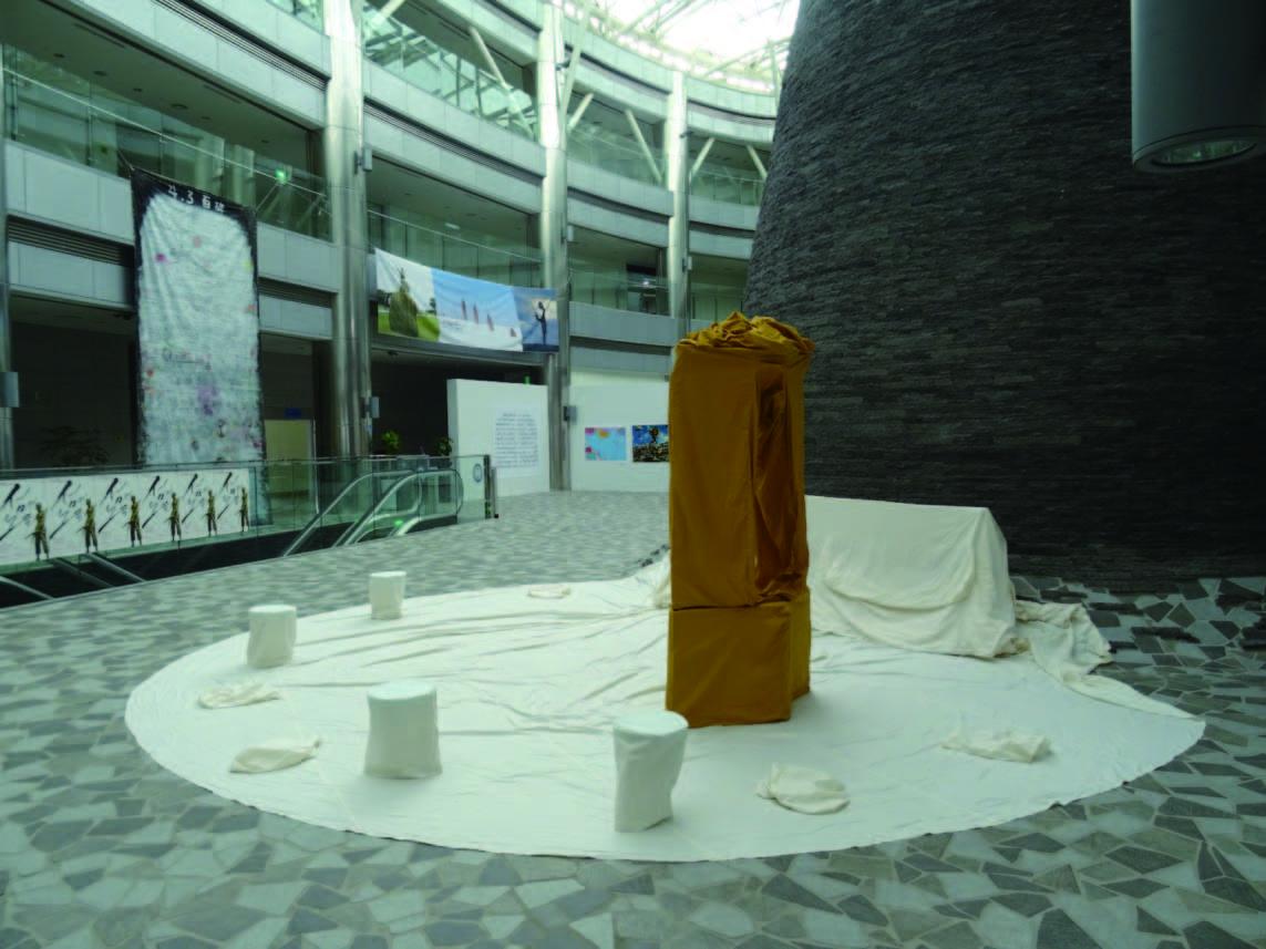 「EAPAP 2019:島の歌」の「表現の不自由展」の展示風景 (手前中央は白川昌生《群馬県朝鮮人強制連行追悼碑》)。