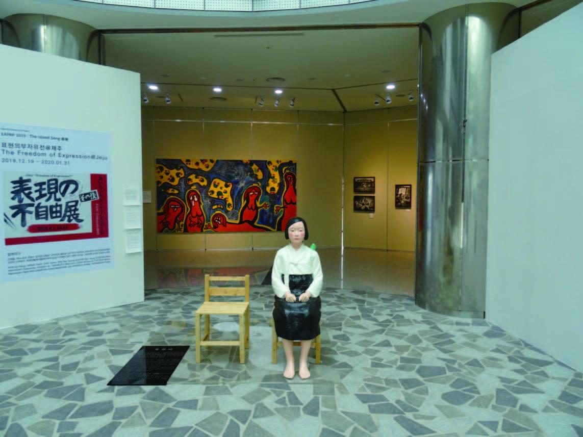「EAPAP2019:島の歌」の「表現の不自由展」の展示風景。手前中央は、 キム・ソギョン、キム・ウンソンの《平和の少女像》。