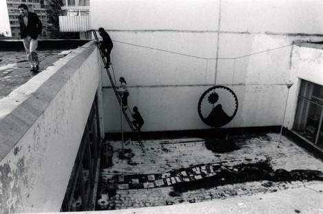 ⒉カシールカ展示場。広くて中庭のあるスペースは魅力的 だったが、床一面の赤紫色の絨毯が作家たちを悩ませた。屋 上が使われることもあり観客は梯子を登る。1992年モスクワ