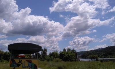 錦江の河原(ビエンナーレの会場)輝く空