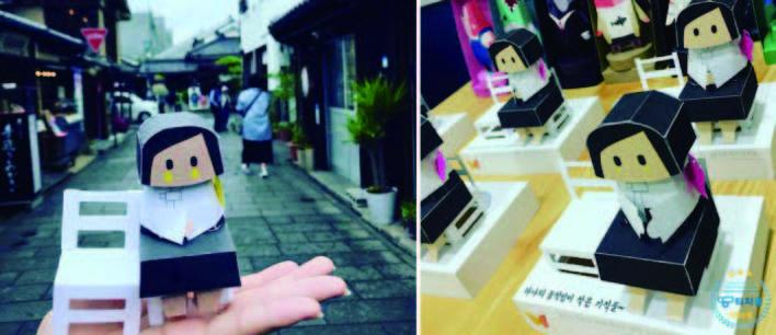 〈少女像〉の小さな紙人形等さまざまなグッズを若い女 性たちが販売、売り上げは「慰安婦」支援団体に送られる。