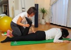 関節の動きをスムーズにする個人指導風景