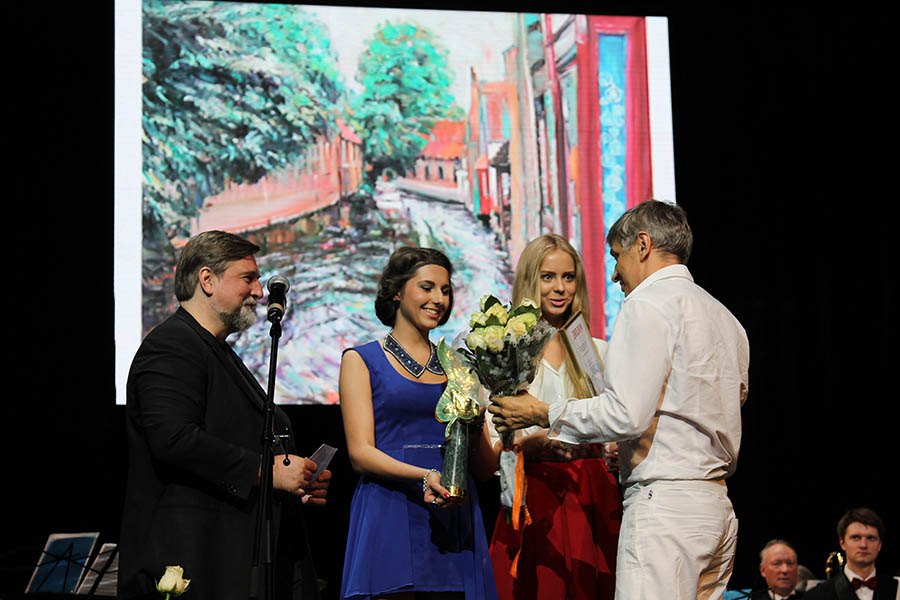 Presentation of the award to Igor Kormyshev for his painting 'Sleeves of Bruges' on the stage of the Et Cetera theater 01.07.2013