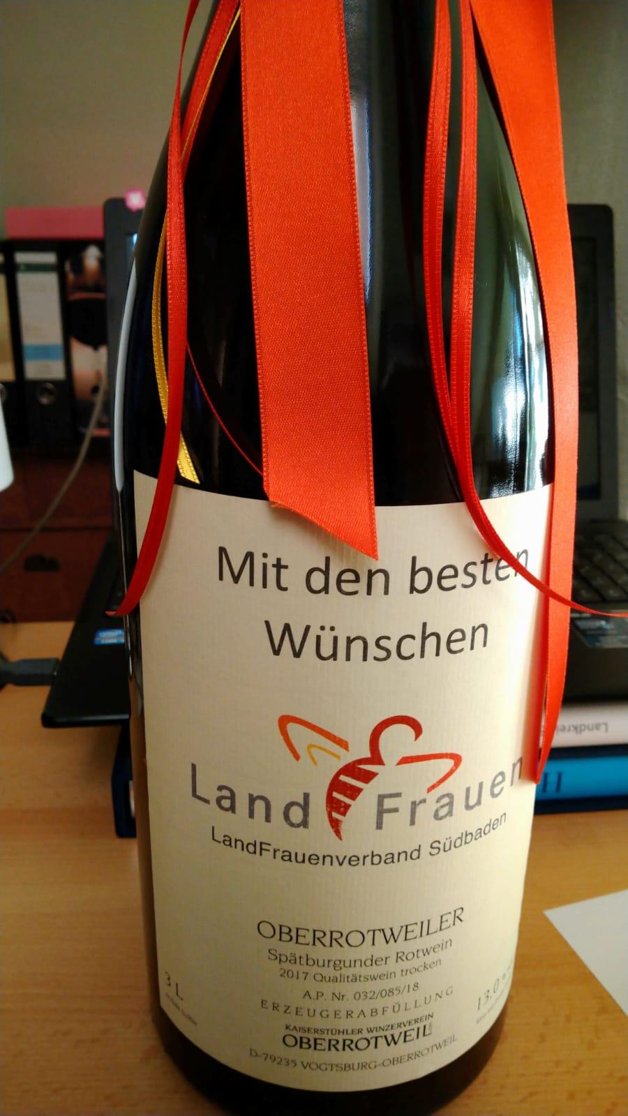 Präsidentin Rosa Karcher überreichte eine Magnumflasche Spätburgunder an Bezirksvorsitzende Christiane Wangler