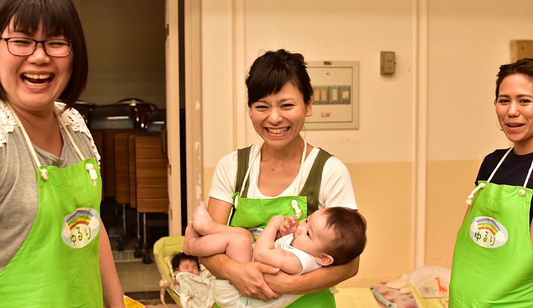 緑色のエプロンと明るい笑顔が、ゆるり託児スタッフの証。安心しておまかせください。