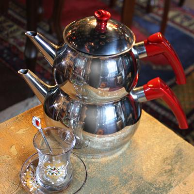 トルコの2段重ねのヤカン、チャイダンルック