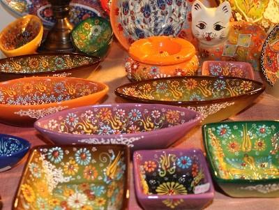 人気作家ニメットさんの絵皿です☆ニメットさんは数年前にNHKのテレビ番組で紹介されて以来、人気急上昇中です。 女性ならではの丁寧で可愛いデザインで、今までになかった淡い色使いや 絵を浮き上がらせた手法も特徴的です。