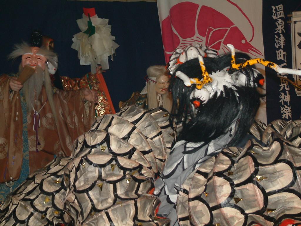 姫とお爺さんとおばあさんが、大蛇に困ってます。