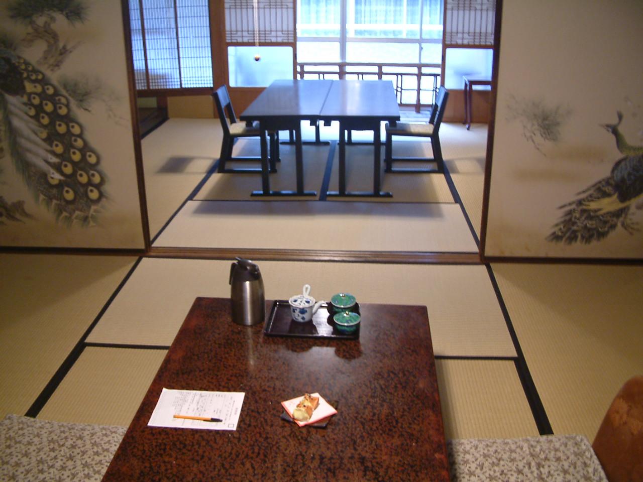 居間と食事所の見開き一例