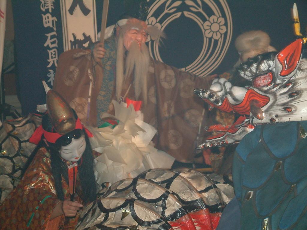 逆方向では爺さん姫ばあさん、人間チームが襲われてる。果敢にも爺さん杖で応戦。