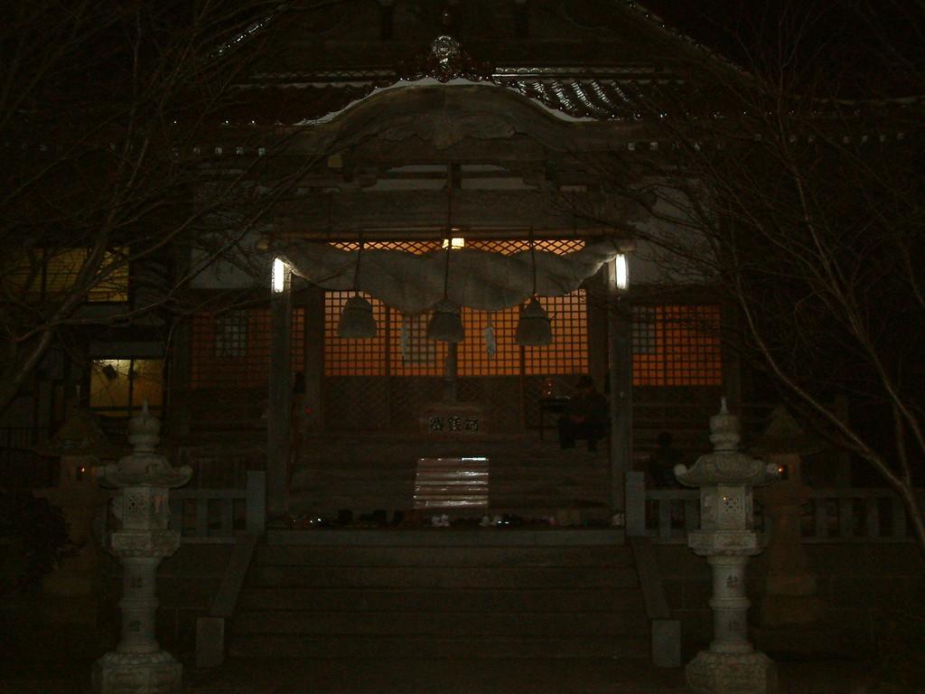 いつもの龍野御前神社で、、よなよな夜会が、、。
