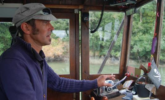 « Étoile du golfe ». Redécouvrir la rivière d'Auray. Thomas Lenoir, à la barre de l'« Étoile du golfe ». Tous les jours, sauf le vendredi, le bateau fait la navette entre Le Bono et Saint-Goustan.