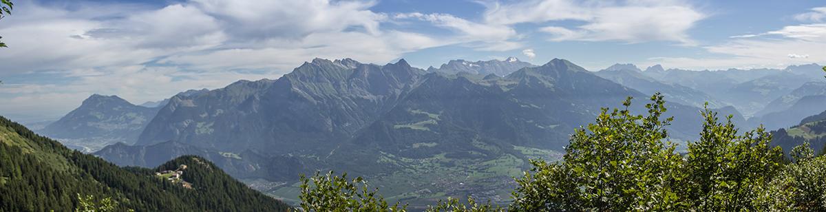 Zu Füßen liegt das Taminatal, die Aussicht geht Richtung Bündnerland über das Calanda Massiv.