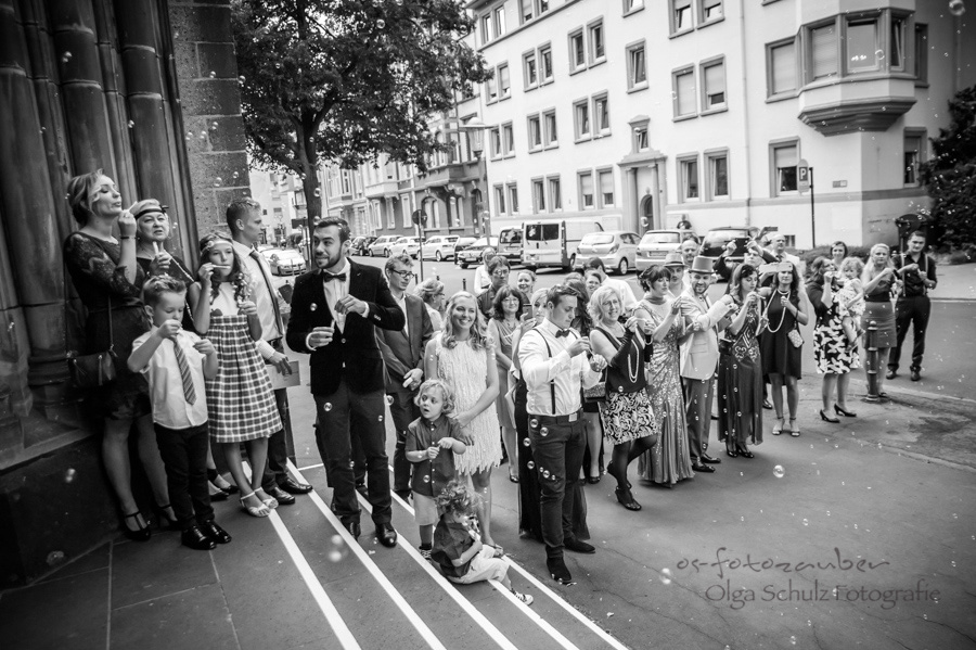Hochzeitsfotograf Koblenz Hochzeitsfotografin Olga Schulz os-fotozauber grand hotel bad ems Heinz Höhr-Grenzhausen Brautpaar Hochzeitsreportage Traumhochzeit Gadsby-Style 20er Jahre Oldtimer Hochzeitsfotografie Kirche Auszug Vintage