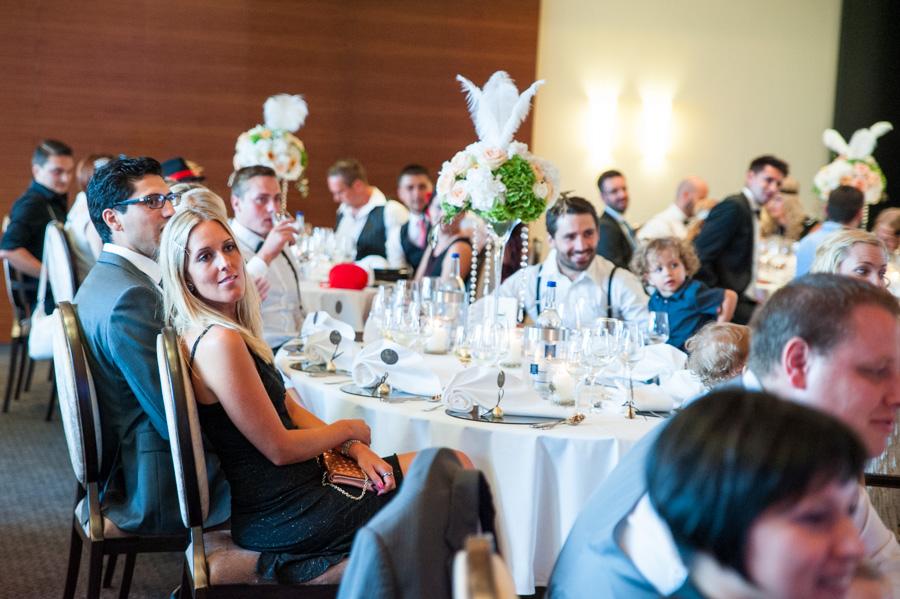 Hochzeitsfotograf Koblenz Hochzeitsfotografin Olga Schulz os-fotozauber grand hotel bad ems Heinz Höhr-Grenzhausen Brautpaar Hochzeitsreportage Traumhochzeit Gadsby-Style 20er Jahre Sekt Hochzeitsfotografie Party Saal Vintage Deko Gäste