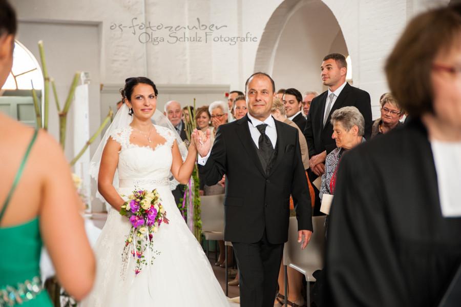 Braut mit Vater, romantische Trauung, Hochzeit auf Ehenbreitstein, Einzug der Braut in die Kirche, olga-schulz-fotografie.de, os-fotozauber, Olga Schulz, Fotografin Koblenz, Fotograf Koblenz, Hochzetisfotograf, Hochzitsreportage