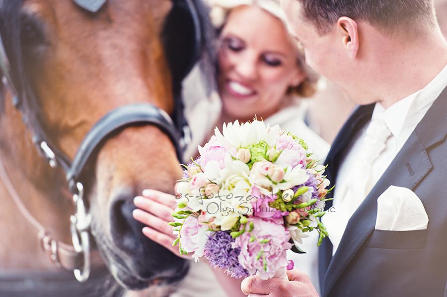 Braut, Matthiaskapelle, Kobern-Gondorf, Hochzeit, Hochzeitsfeier! Waldorfer Höfe, Brautpaar, Olga Schulz, olga-schulz-fotografie.de, Brautpaarshooting, Hochzeitsfotos, Brautkleid, Brautstrauß