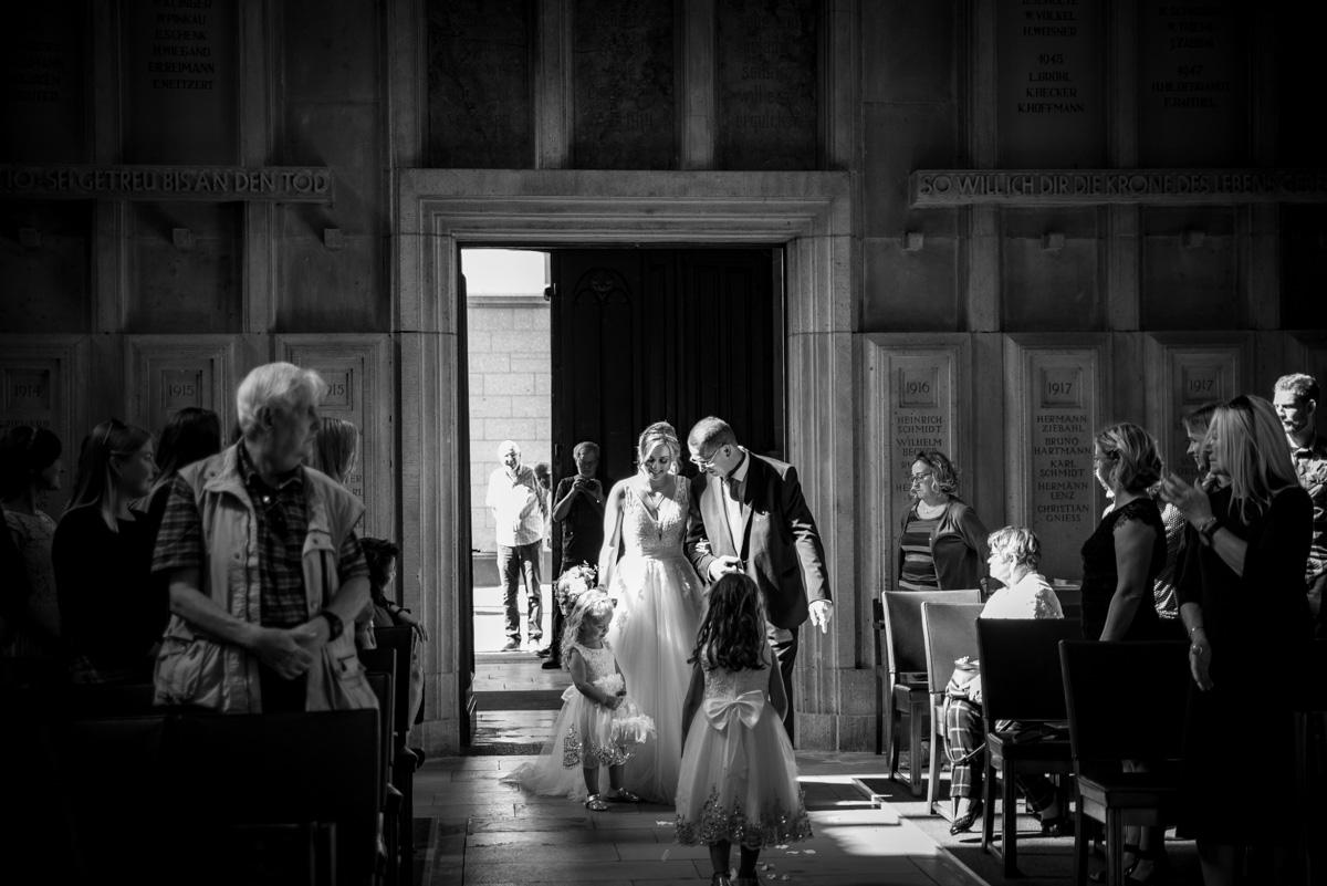 Burg Namedy, Hochzeitslocation, Brautpaarshooting, First Look, Hochzeitsfotografie, Hochzeitsfotograf Koblenz, Hochzeitsfotografin, Hochzeitsreportage Koblenz, Schloss Namedy, Hochzeit Andernach, Hochzeit Koblenz, heiraten in Koblenz, kirchliche Trauung