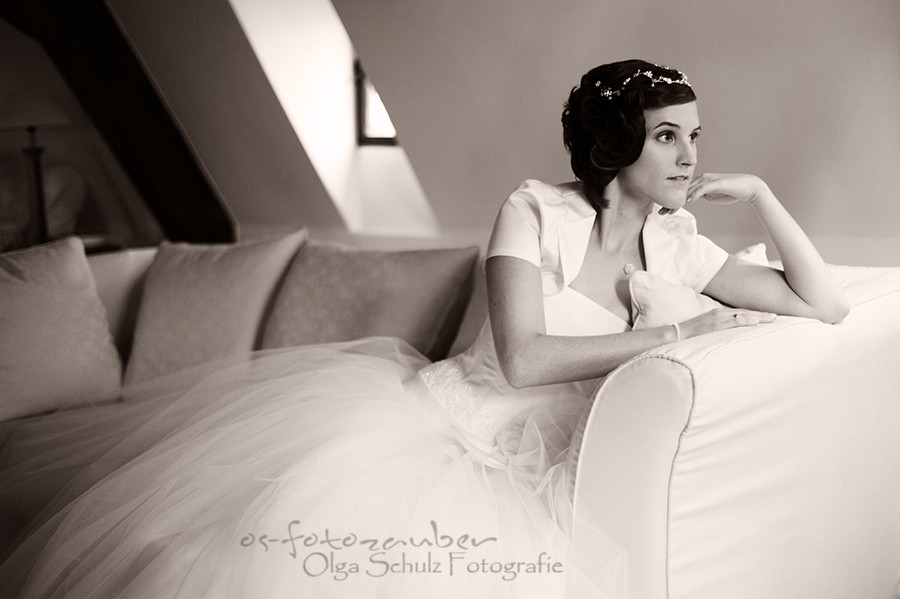 Braut, Bratkleid, Portrait, Olga-Schulz-Fotografie.de, Olga Schulz, Klostergut Besselich, Hochzeitsfotografin Koblenz, Hochzeitsfotograf Koblenz, Brautpaar, Hochzeit in der Weihnachtszeit, Brautkleid, Hochzeitsreportage, Trauung, Brautstrauß