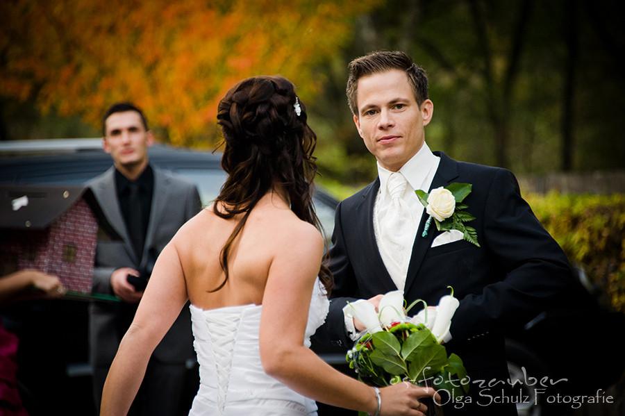 Kuss, Brautpaar, Hochzeitsauto, Brautpaarshooting, Koblenz, Hochzeitsfeier in der Hammesmühle, Blummen, Herbsfotoshooting