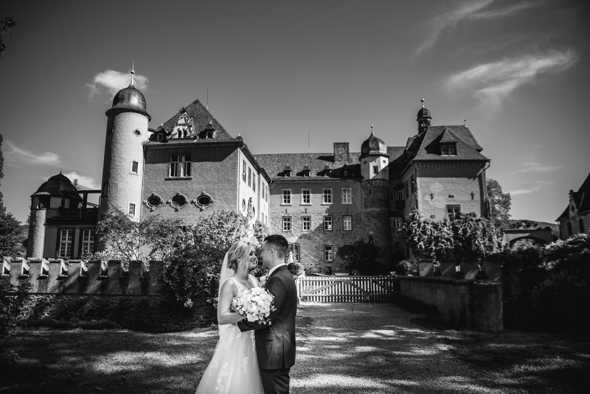 Burg Namedy, Hochzeitslocation, Brautpaarshooting, First Look, Hochzeitsfotografie, Hochzeitsfotograf Koblenz, Hochzeitsfotografin, Hochzeitsreportage Koblenz, Schloss Namedy, Hochzeit Andernach, Hochzeit Koblenz, heiraten in Koblenz