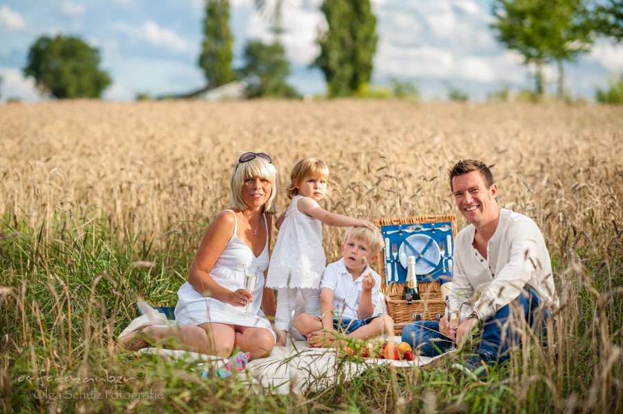 Familienshooting Koblenz Kinderfotografie Familienfotografie Olga Schulz os-fotozauber Fotostudio Mosel Familienfotografin Sommer Sommeraktion Portrait Outdoorshooting Familienglück Kornfeld Picknick