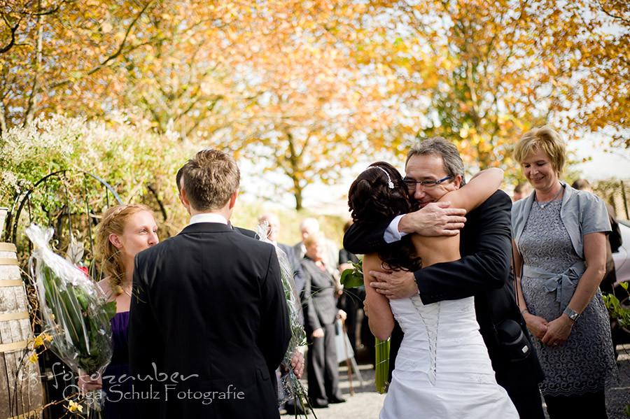 Hochzeit Koblenz, Kobern-Gondorf, Hochzeit in Matthiaskapelle, Brautpaar, Brautpaarshooting, Herbstliches Hochzeitsshooting, Hochzeitsreportage, Braut, Braustrauß, Brautkleid, Trauung, Glückwünsche