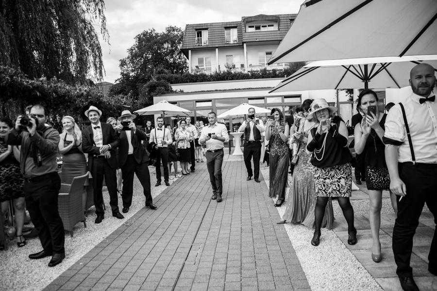 Hochzeitsfotograf Koblenz Hochzeitsfotografin Olga Schulz os-fotozauber grand hotel bad ems Heinz Höhr-Grenzhausen Brautpaar Hochzeitsreportage Traumhochzeit Gadsby-Style 20er Jahre Sekt Hochzeitsfotografie Party Saal Vintage Deko Empfang