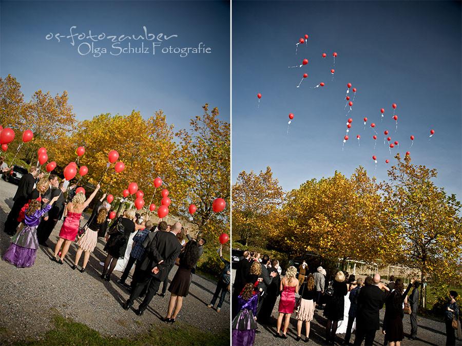 Hochzeit Koblenz, Kobern-Gondorf, Hochzeit in Matthiaskapelle, Brautpaar, Brautpaarshooting, Herbstliches Hochzeitsshooting, Hochzeitsreportage, Braut, Braustrauß, Brautkleid, Trauung, Luftballons