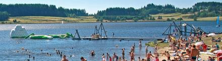 Le Lac Devesset de toeristische kant met zwem- en speelmogelijkheden.