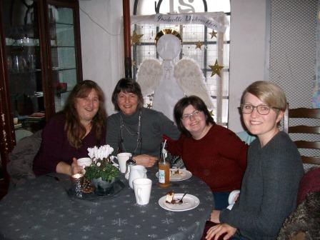 Rönsahlerinnen im LandFrauencafé, im Hintergrund LandFrauen-Adventsfenster mit Engel (Foto: B.Löffler)