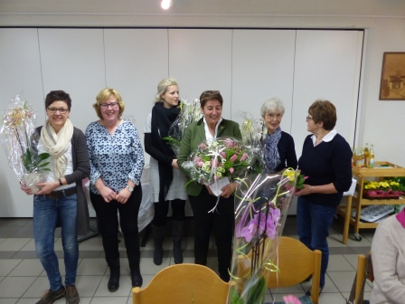 Mit einem Blumengruß bedankten sich die Landfrauen vor den anstehenden Neuwahlen bei den bisherigen Funktionsträgerinnen im Vorstand. (Foto:R.Crummenerl)