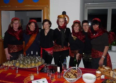 """Die """"Filmfrauen"""" hatten dekoriert, gekocht und servierten anschließend stilgerecht gewandet. Foto: Negel-Täuber"""